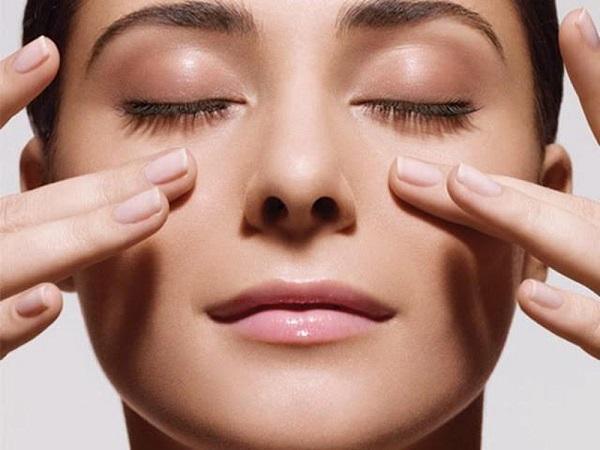 Chăm sóc vùng mắt hàng ngày