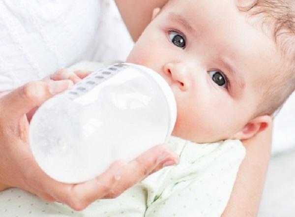 Lưu ý khi bổ sung sữa công thức cho bé