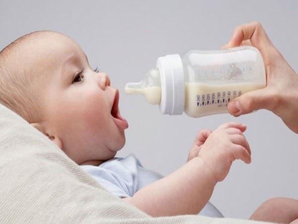 Ưu nhược điểm khi mẹ bổ sung sữa công thức cho bé
