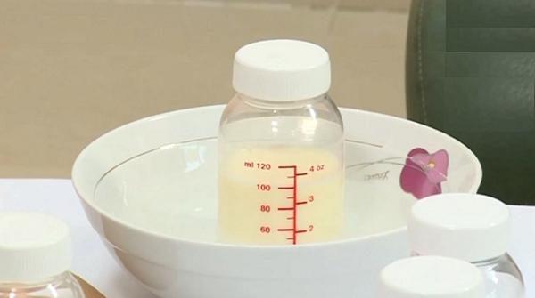 Ủ sữa mẹ bằng nước nóng
