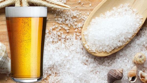 Cách làm trắng da tại nhà bằng bia và muối có công dụng hiệu quả.